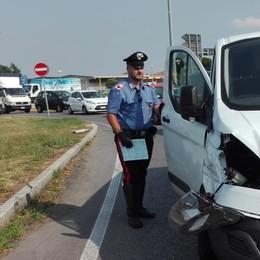 Folle su furgone danneggia 9 auto e manda 13 persone al pronto soccorso