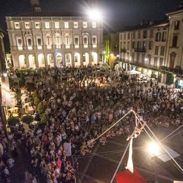 La Notte dell'arte fa il tutto esaurito in piazza Vecchia, musei e chiese - Video