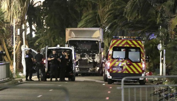 Terrore a Nizza, almeno 75 morti