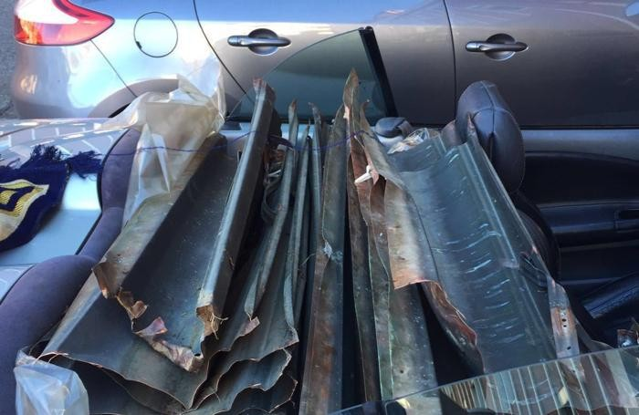 Le grondaie caricate nell'auto dei due arrestati