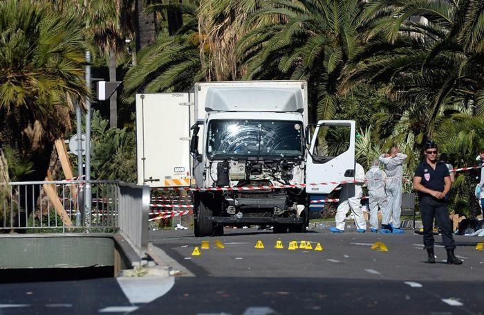 La polizia presidia ancora l'area dove il tir si è fermato e il terrorista è stato ucciso dalla polizia dopo il tremendo raid che ha stroncato più di 80 vite