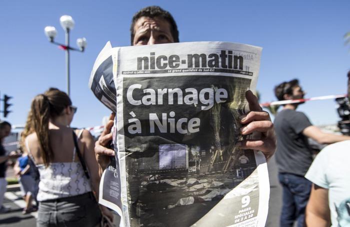 Un francese tiene in mano una copia del Nice-Matin il quotidiano principale a Nizza