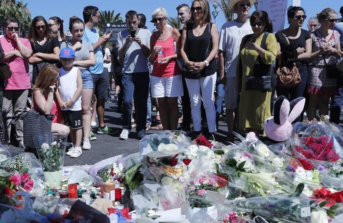 Candele, fiori e peluche il giorno dopo a Nizza