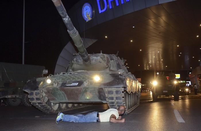 Un uomo steso davanti a un tank militare all'aeroporto Ataturk di Istanbul