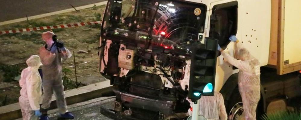 Nizza: terrore e sangue, ma anche eroi Uno è morto, l'altro ha distratto il terrorista