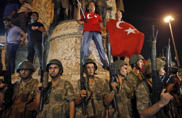 Soldati turchi e i supporter del presidente Erdogan nella piazza di Taksim a Istanbul