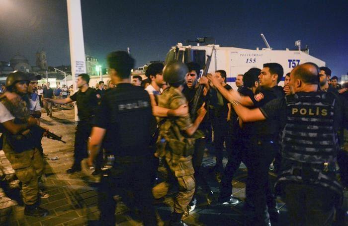 Nella notte scontri tra i militari e la polizia, fedele a Erdogan
