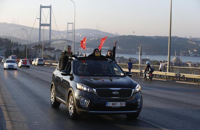 Cittadini turchi festeggiano il fallito colpo di stato