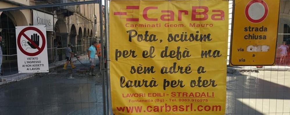 Lavori in corso in piazza Pontida «Pota, scüsim per el defà...»