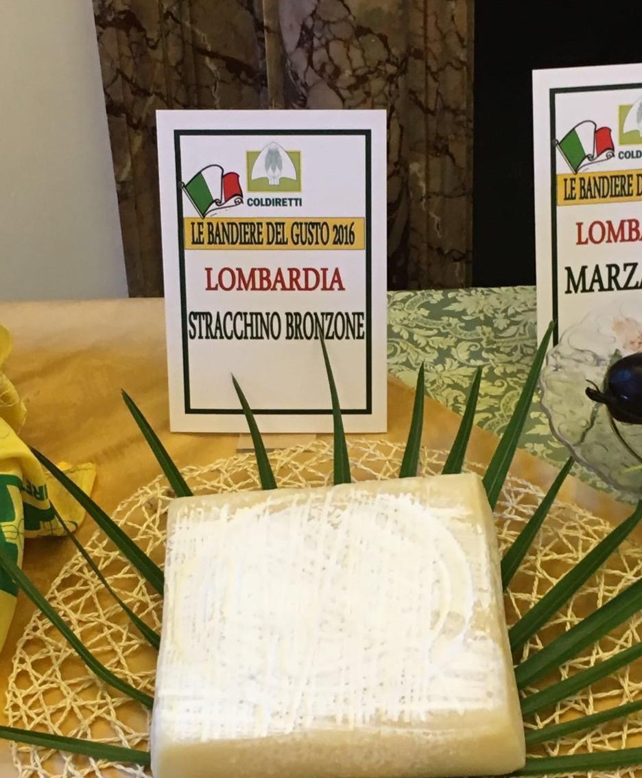Il bergamasco «Stracchino Bronzone» tra i prodotti esposti oggi a Roma dalla Coldiretti in occasione dell'Assemblea nazionale in rappresentanza delle 4965 «bandiere del gusto» del nostro Paese