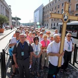 I pellegrini attraversano la Porta Santa In 400 alla Messa in San Pietro
