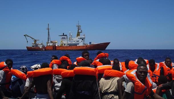 Migranti:oltre 2mila sbarcati in Sicilia