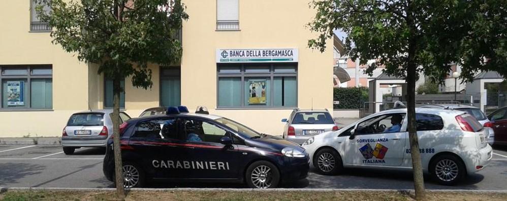 Rapina in Daily e cliente in ostaggio Colpo movimentato alla Bcc di Azzano