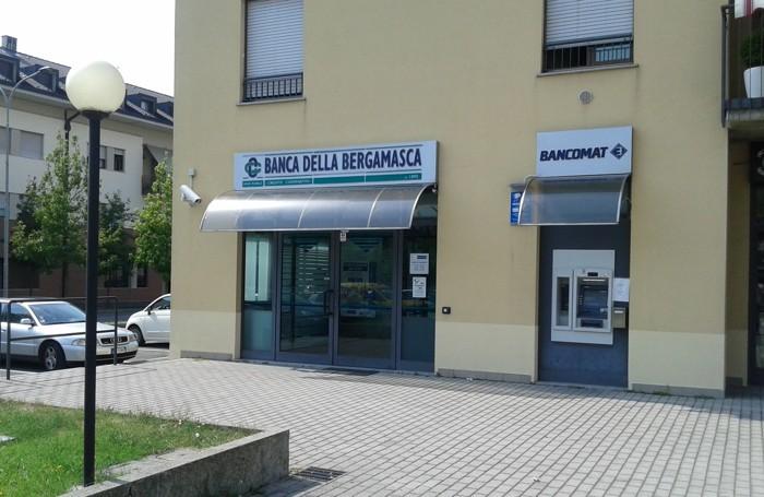 La filiale della Bcc Bergamasca e Orobica dopo la rapina