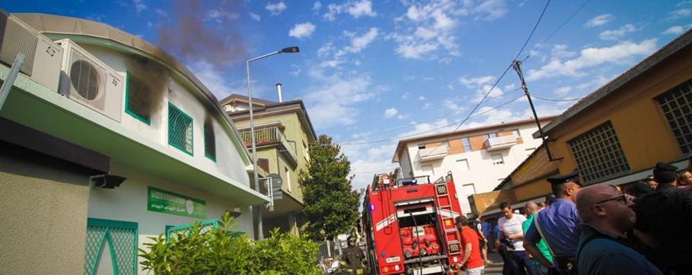 Fiamme nella moschea occupata Soccorsi e tensione in via Cenisio - Video