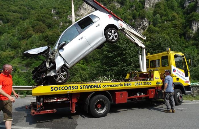 Il recupero dell'auto al ponte del Costone