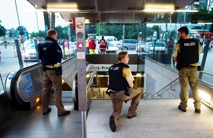 Poliziotti controllano la metropolitana