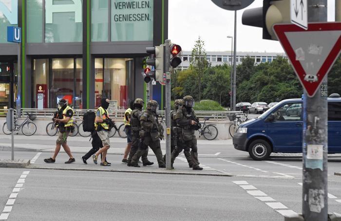 Forze speciali tedesche  arrivano sulla scena dell'attentato