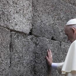 Il Papa visita l'orrore di Auschwitz «Signore, abbi pietà del tuo popolo»