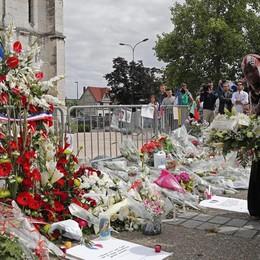 Musulmani fuori dalla chiesa di Crespi Si terranno la mano in segno di  solidarietà