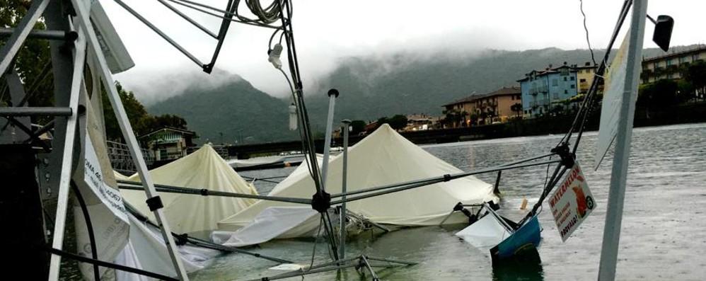 La Sarneghera s'abbatte su Sarnico Tendoni del Busker Festival in acqua