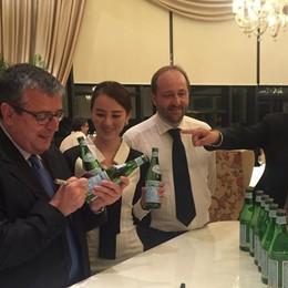 San Pellegrino superstar in Cina Il sindaco firma gli autografi sulle  bottiglie