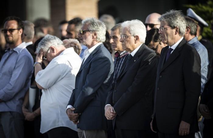Il presidente della Repubblica Sergio Mattarella (secondo da destra) e Il ministro degli Esteri Paolo Gentiloni (primo da destra) all'aeroporto militare di Ciampino per l'arrivo delle salme dei nove italiani uccisi nell'attentato terroristico a Dacca in Bangladesh