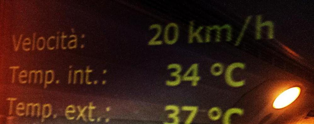 Giornata «tropicale» per i pendolari Aria condizionata rotta, 34 gradi in treno
