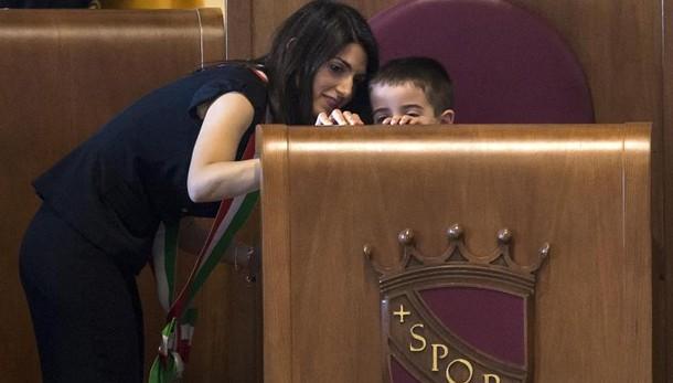 Raggi porta figlio su scranno sindaco