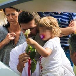 L'addio alla mamma uccisa a Dacca  La piccola Linda depone rosa sulla bara