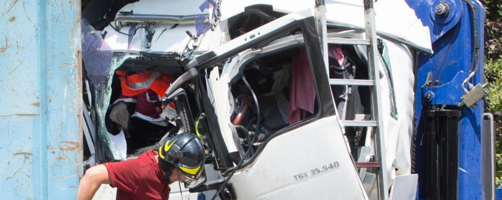 Scontro tra due camion a Zanica - foto  Feriti i conducenti, uno è grave - video