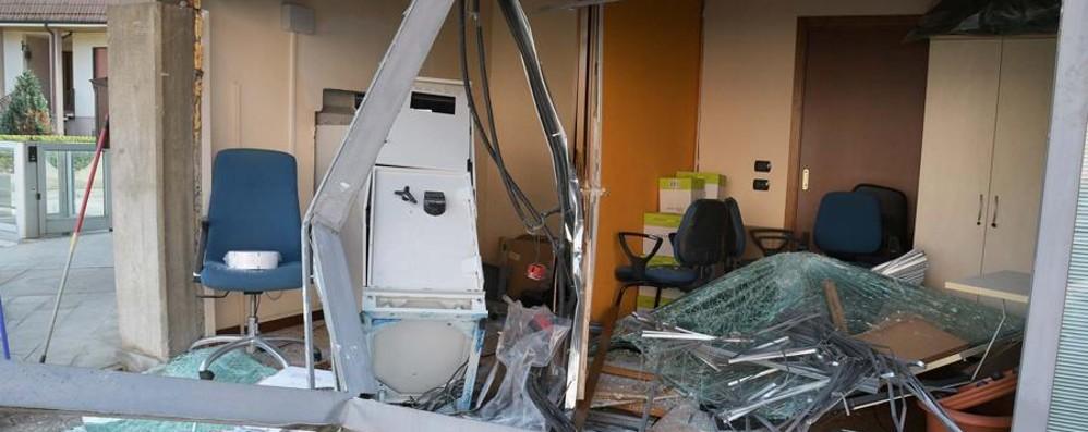 Spaccata nella notte a Ciserano Mezza banca distrutta, colpo fallito