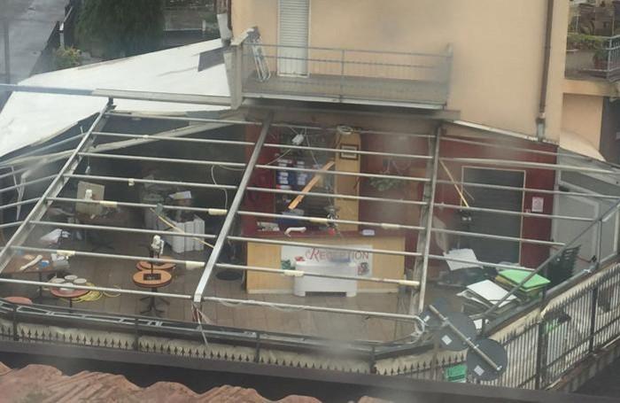 Il tetto devastato della gelateria Bibis di Medolago