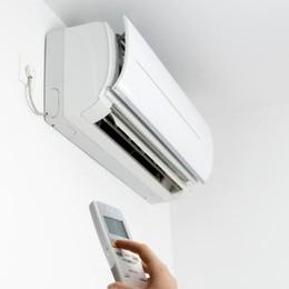 Col caldo come risparmiare energia? Dalla tv alla doccia, 10 consigli utili