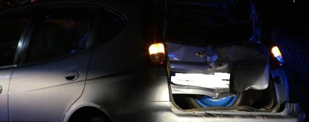Col trattore tampona auto: tre feriti  Il conducente colpito da un sasso