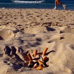 «Chiediamo di vietare il fumo in spiaggia» La proposta del Codacons. Che ne pensi?