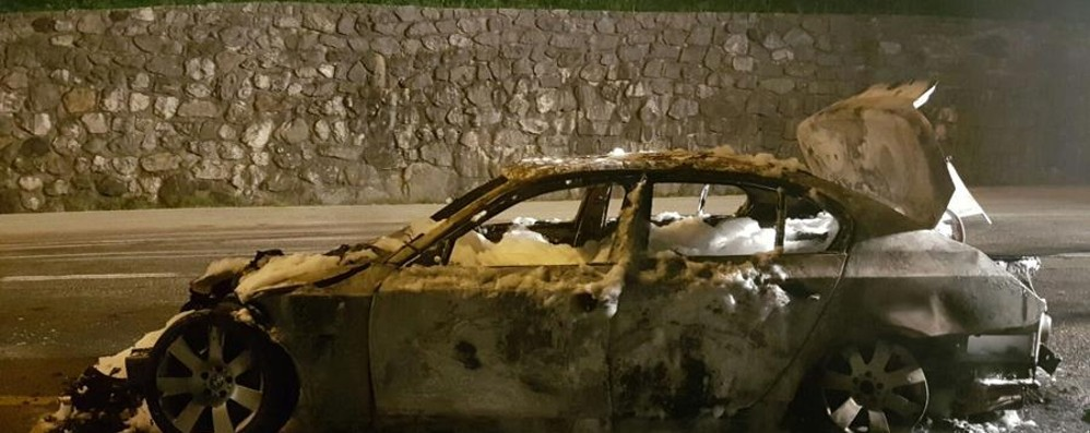 Nembro, l'auto prende fuoco Paura per un 30enne di Villa di Serio