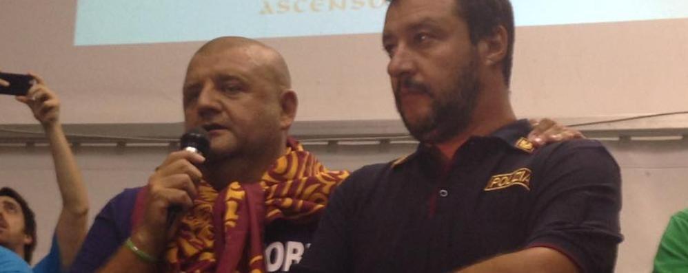 Pontida, Salvini con la maglia della Polizia «Polemiche ridicole, altri i problemi»