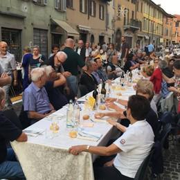 Tutti a tavola in Borgo Santa Caterina «Il cuore di Bergamo batte qui» - Video