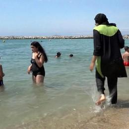 La Francia mette al bando il «burkini» A Bergamo il burqa vietato già dal 2011
