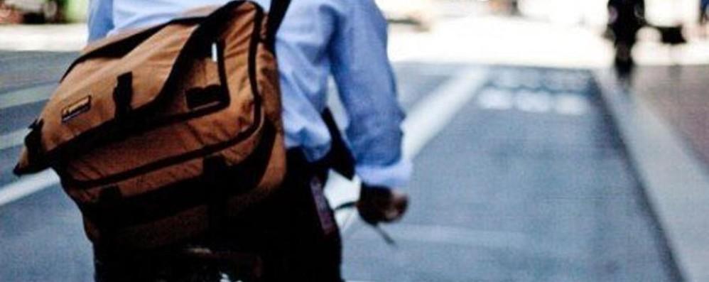 Con la bici (rubata) arraffa una borsa Ma la due ruote è del Comune di Bergamo