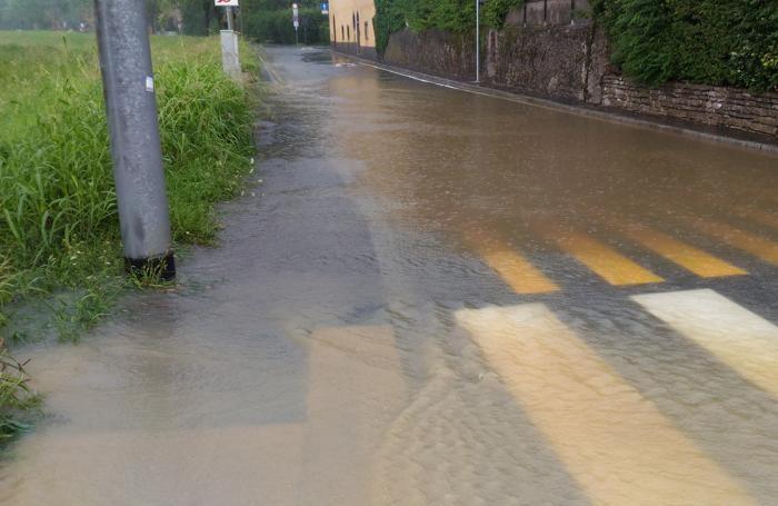 L'acqua a Longuelo: numerosi gli allagamenti a causa del maltempo