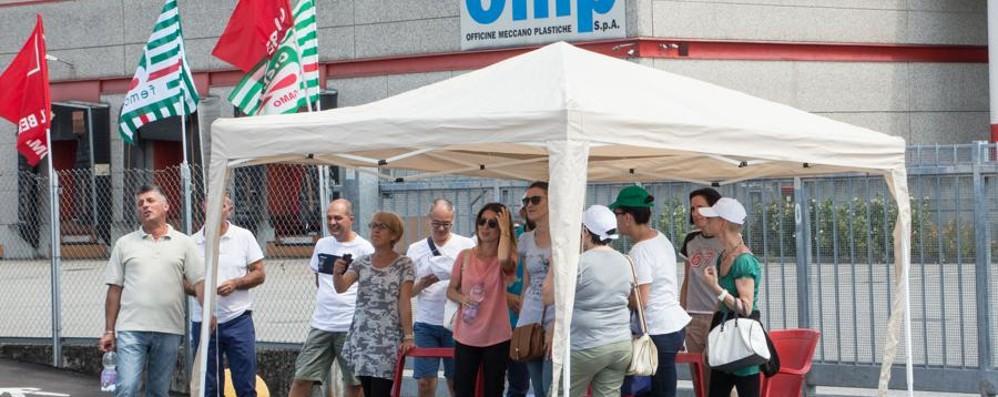 Presidio a oltranza alla Omp di Lallio: 50 dipendenti rischiano  posto di lavoro