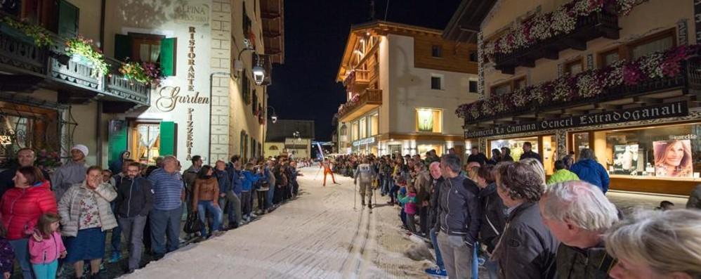 Neve sulle vie dello shopping Contrade in gara a Livigno