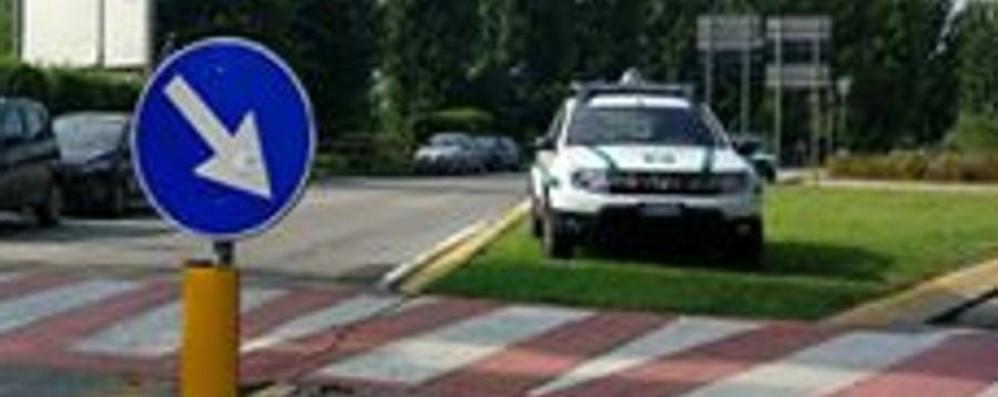 Alzano, auto della polizia nell'aiuola Ma il sindaco su Fb: motivazioni plausibili