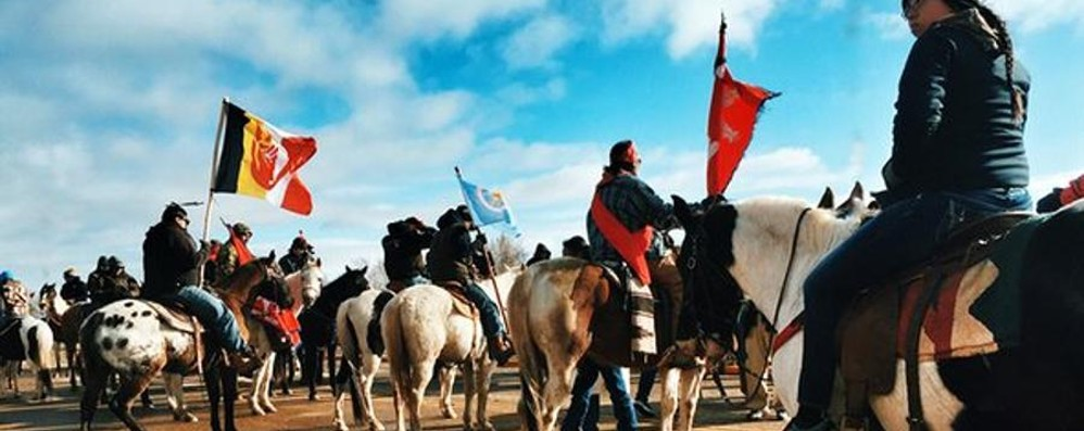 Una tribù Sioux combatte a cavallo contro un oleodotto nel Nord Dakota