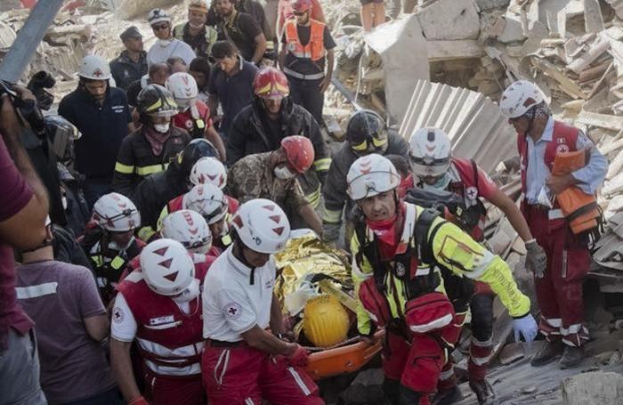 Un sopravvissuto salvato dai soccorritori
