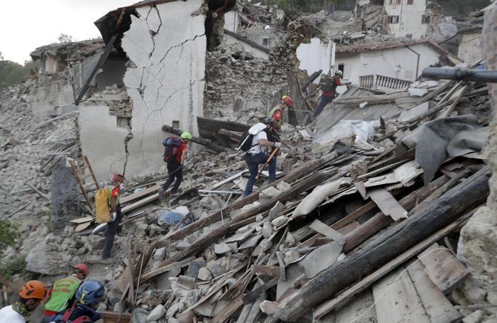 L'opera dei soccorritori a  Pescara Del Tronto