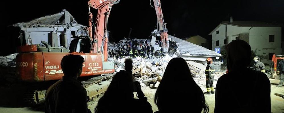 Terremoto, si aggrava il bilancio: 247 morti Si continua a scavare sotto le macerie