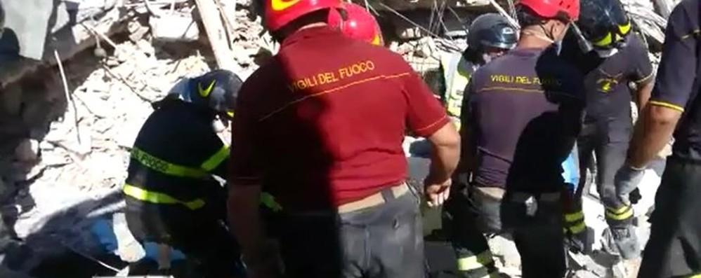 Il lavoro dei pompieri e dell'Areu lombardo Recuperati i corpi di dodici adulti deceduti